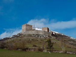 colina-castillo-argueso-cantabria-inusual