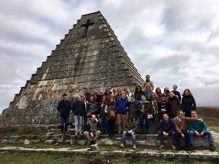El grupo frente a la pirámide de los italianos